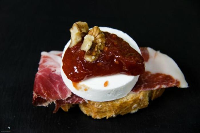 mini tostadas con jamón, quso de cabra, mermelada de tomates y nueces, fotos de aperitivos originales, canapes faciles y vistosos