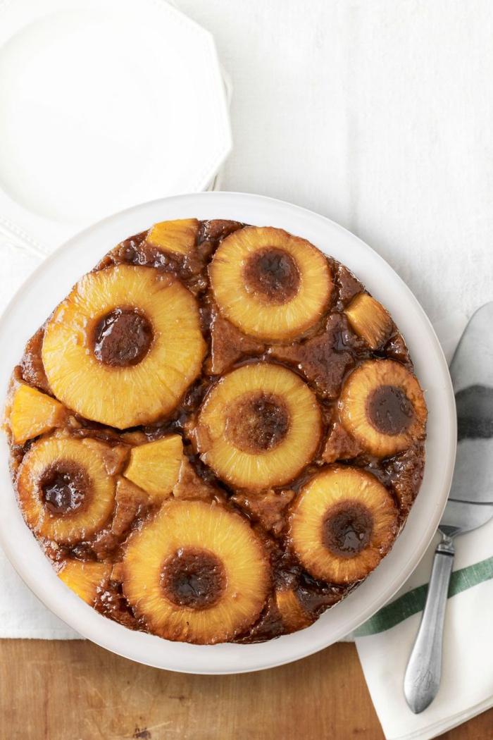 tarta casera con piñas caramelizadas, ideas de tartas especiales para cumpleaños, fotos de tartas bonitas y especiales