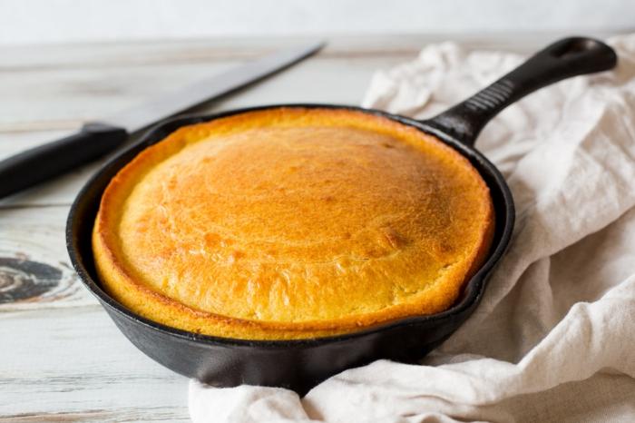 pan esponjoso preparado en sarten, ideas de recetas caseras ricas para desayuno y brunch, pan sin levadura, hacer pan con masa madre