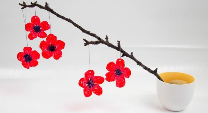 bonitas ideas de decoracion con reciclaje, botellas de plastico decoradas, flores de plastico pintadas en rojo, ideas de manualidades