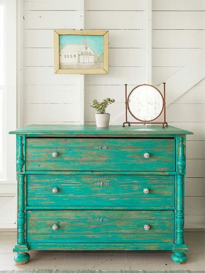 cofre pintado en color verde con efecto desgastado, ideas sobre como pintar muebles antiguos, fotos con ideas listas