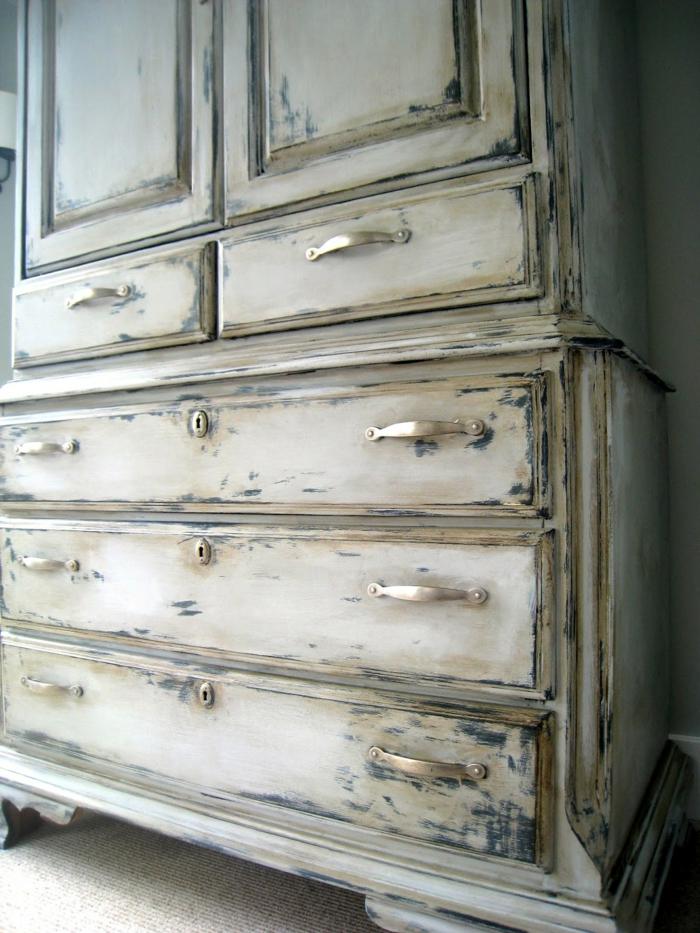 grande armario pintado en color blanco sucio, muebles pintados a la tiza antes y despues, ideas de decoracion en estilo vintage