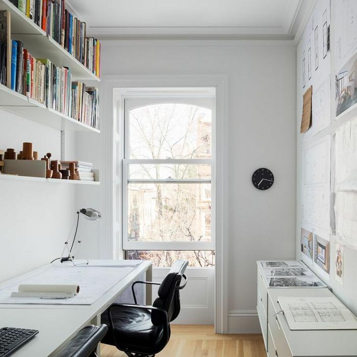 pequeño espacio decorado en blanco con un escritorio para teletrabajar, mesa escritorio ikea, fotos de oficinas modernas en casa