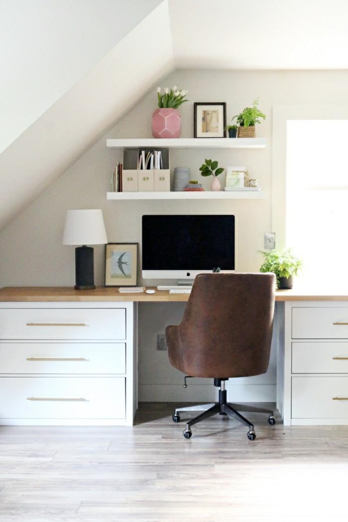 espacio abuhardillado decorado con mucho encanto con ideas para teletrabajar, muebles de oficina modernos y comodos