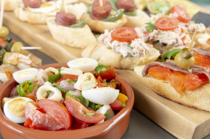 80 espectaculares ideas de aperitivos espectaculares y faciles ensaladilla con tomates y huevos y canapés ricos y faciles