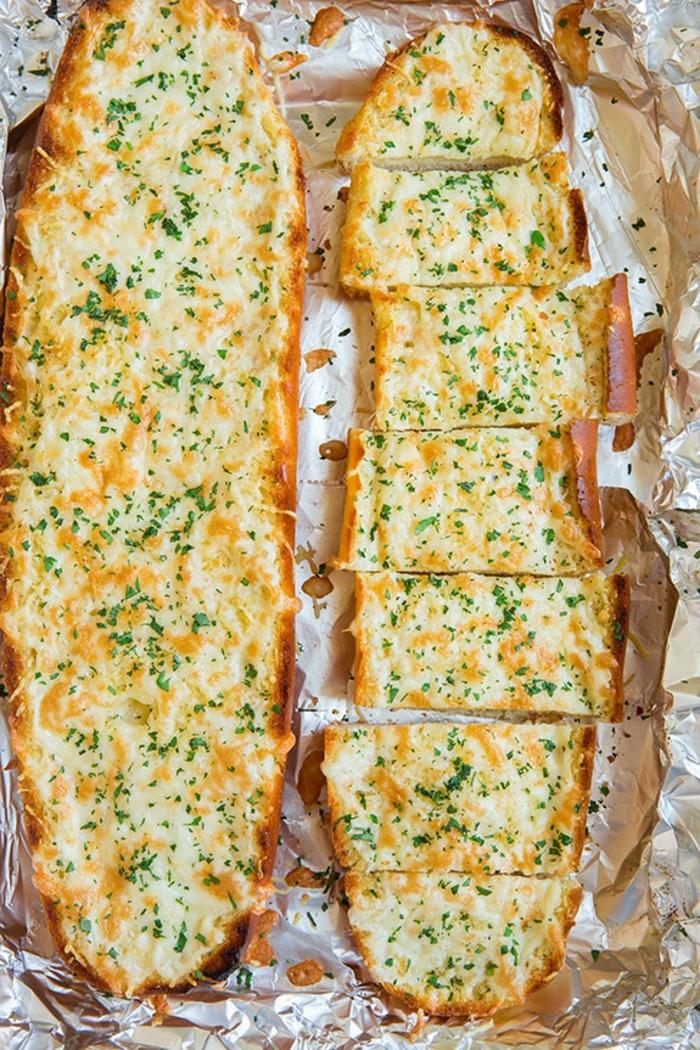 cosas para preparar en casa, entrantes faciles y rapidos con pan, pan con ajo y quesos, ideas de recetas caseras ricas