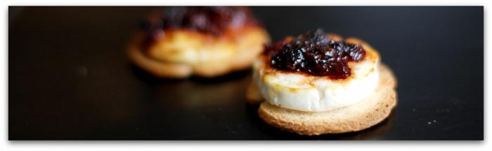 tostadas con queso de cabra y mermaladas de frutas, ideas de aperitivos de verano, pinchos morunos, pinchos tapas