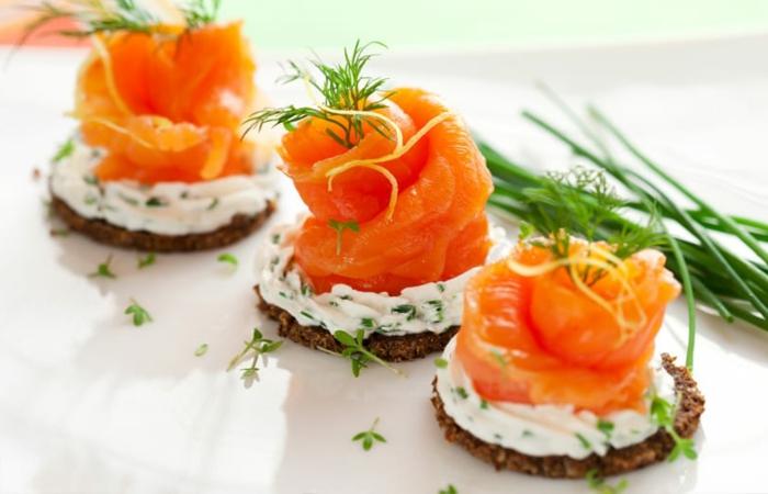 galletas saludables con crema de yogur y enaldo y salmon ahumado, ideas de comidas ricas y saludables para picoteo