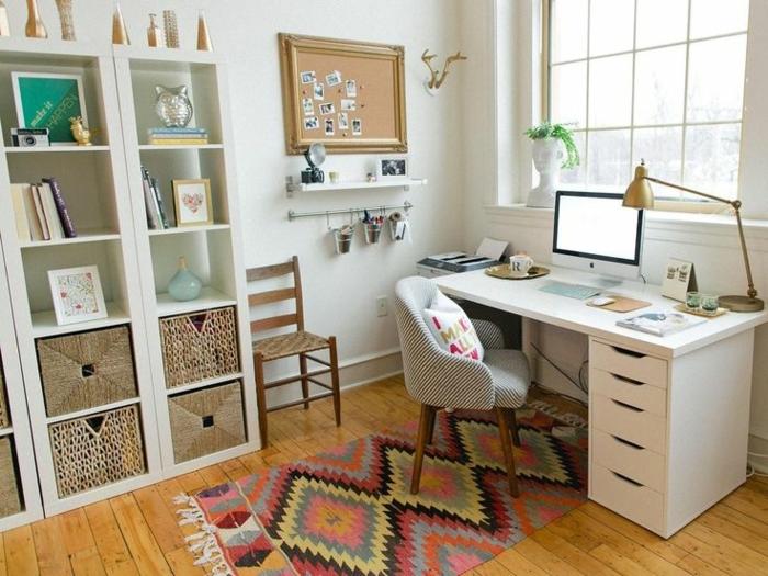 despacho decorado en colores claros con escritorio mesa Ikea y estanterias funcionales, muebles de oficina modernos y bonitos