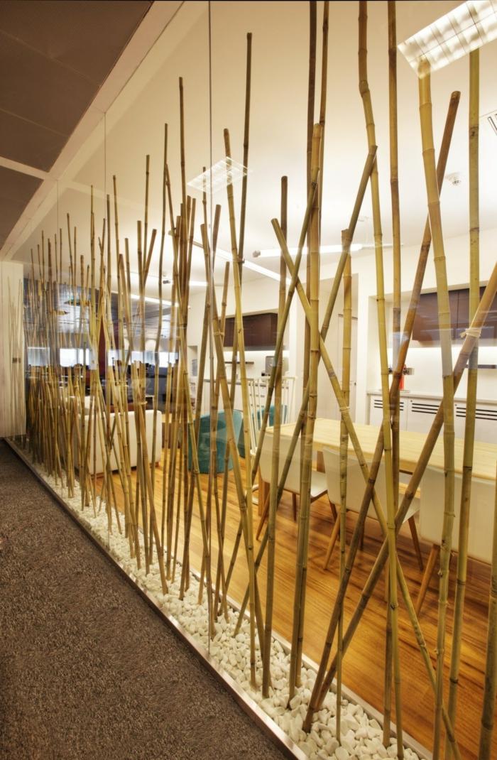 como decorar una habitacion o un delimitar un espacio con palos de bambu, ideas decorativas originales en 60 fotos
