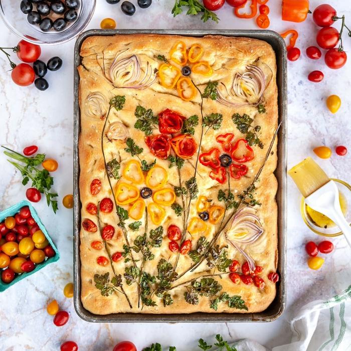 pan italiano focaccia con tomates uva y pimientos, hacer pan en casa, ideas de recetas de pan ricas y faciles de hacer