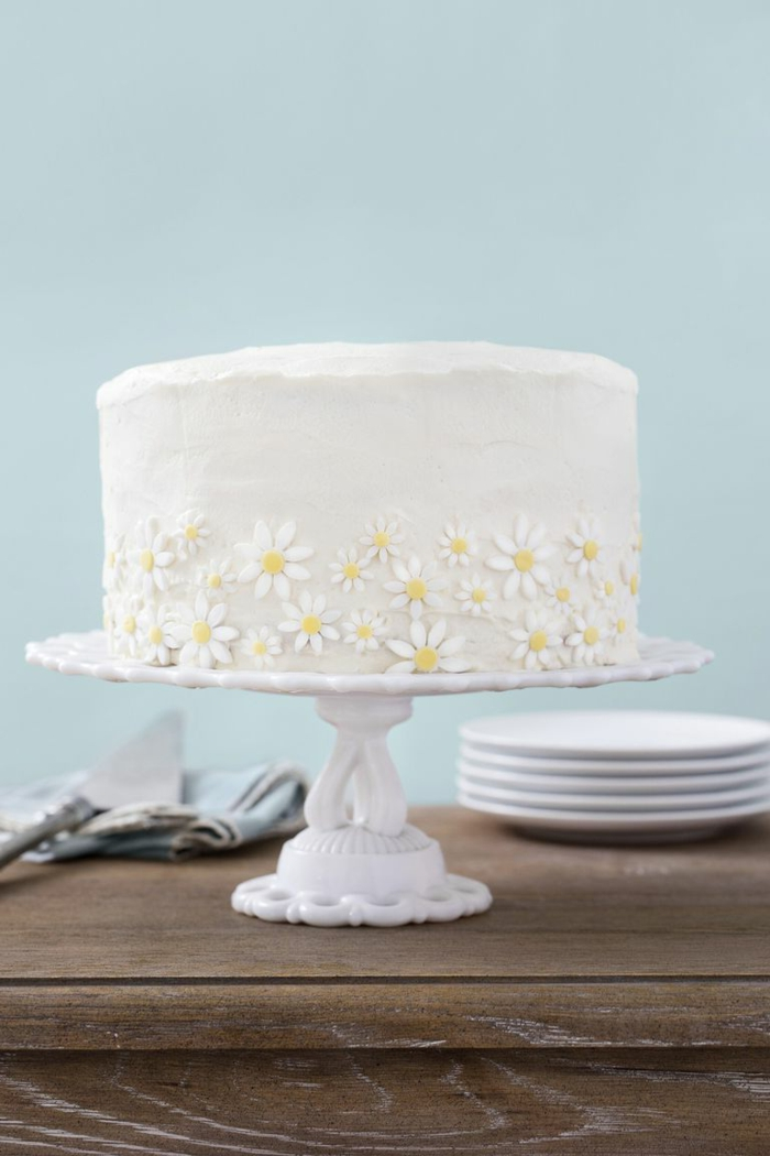 bonita tarta con glaseado blanco decorada con flores de azucar, tartas infantiles y para adultos, ideas de decoracion tartas
