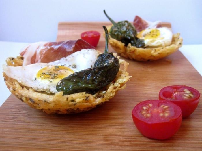 canapé de papas con huevo frito, jamón, tomates uva y pimiento asado, ideas de aperitivos espectaculares y faciles