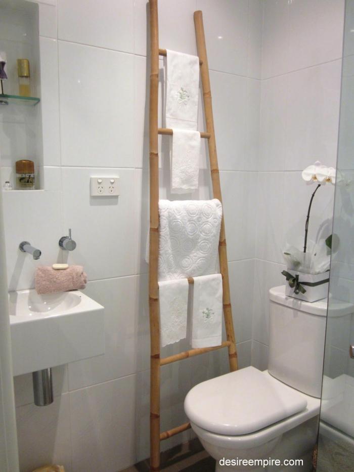 usar una escalera de bambu como estanteria, ideas de muebles hechos con materiales naturales, fotos de decoracion baño