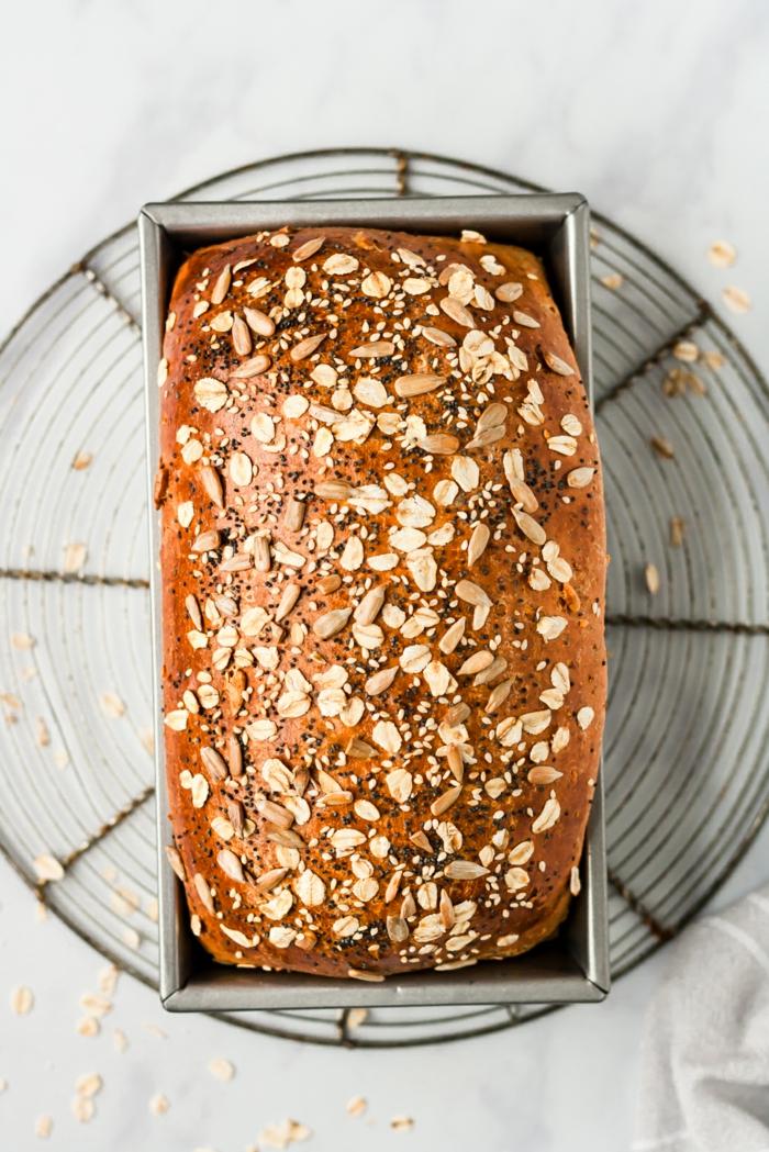 geniales ideas sobre como hacer pan esponjoso y saludable, pan con levadura decorado con copos de avena, ideas de recetas
