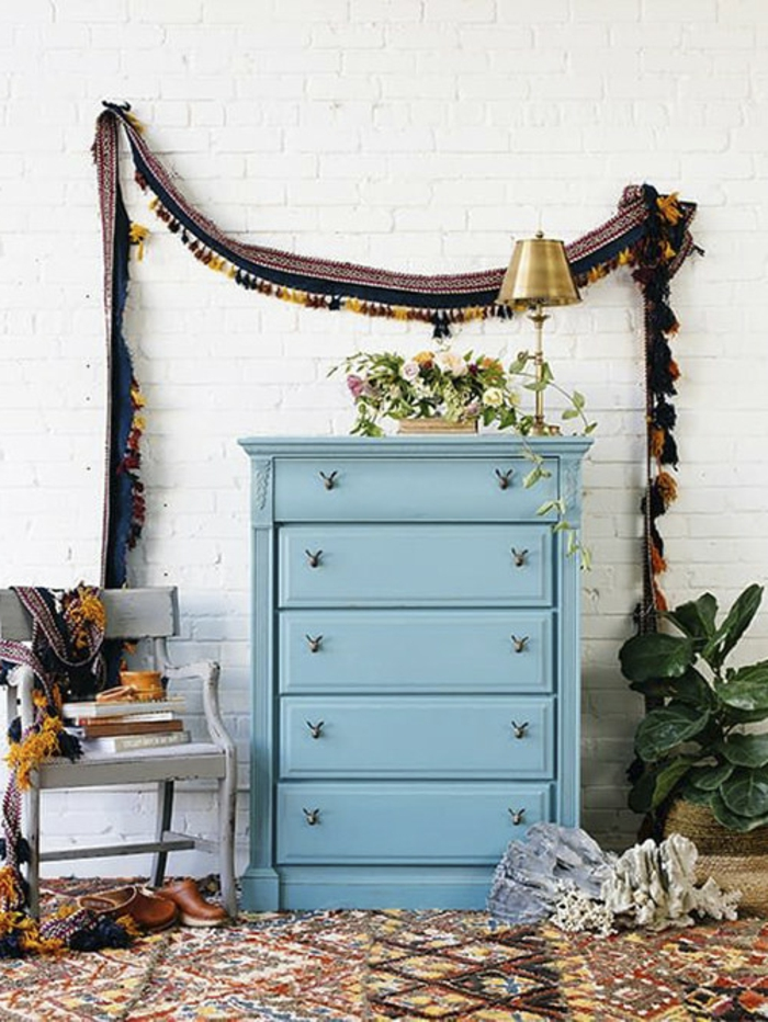 salon decorado en estilo bohemio, cofre pintado en color azul mate, fotos de muebles decorados en estilo vintage, ideas de decoracion pared