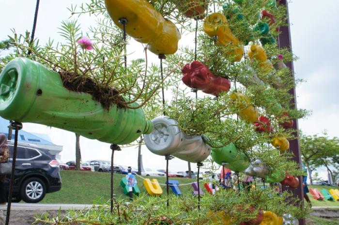 jardineras verticales hechas con botellas de plastico, macetas colgantes manualidades con plastico, manualidades con material reciclado