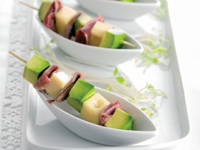 pinchos con aguacate, jamon y quesos, entrantes faciles para una cena, montaditos frios, pinchos originales en fotos