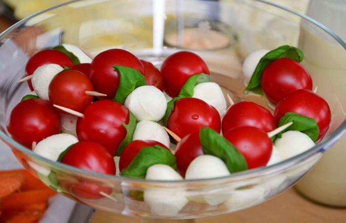 pinchos caprese con bolas de mozzarella y albahacas frescas, ideas de comidas para picoteo ricas, aperitivos de verano, pinchos morunos, pinchos tapas