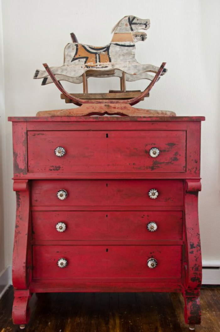 muebles pintados a la tiza antes y despues, cofre elefante decorado en color rojo con efecto desgastado, ideas decoracion en estilo vintage