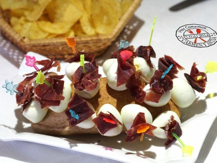 pinchos de huevos con trozos de jamon, ideas de entrantes faciles para una cena, fotos de montaditos frios y pinchos originales