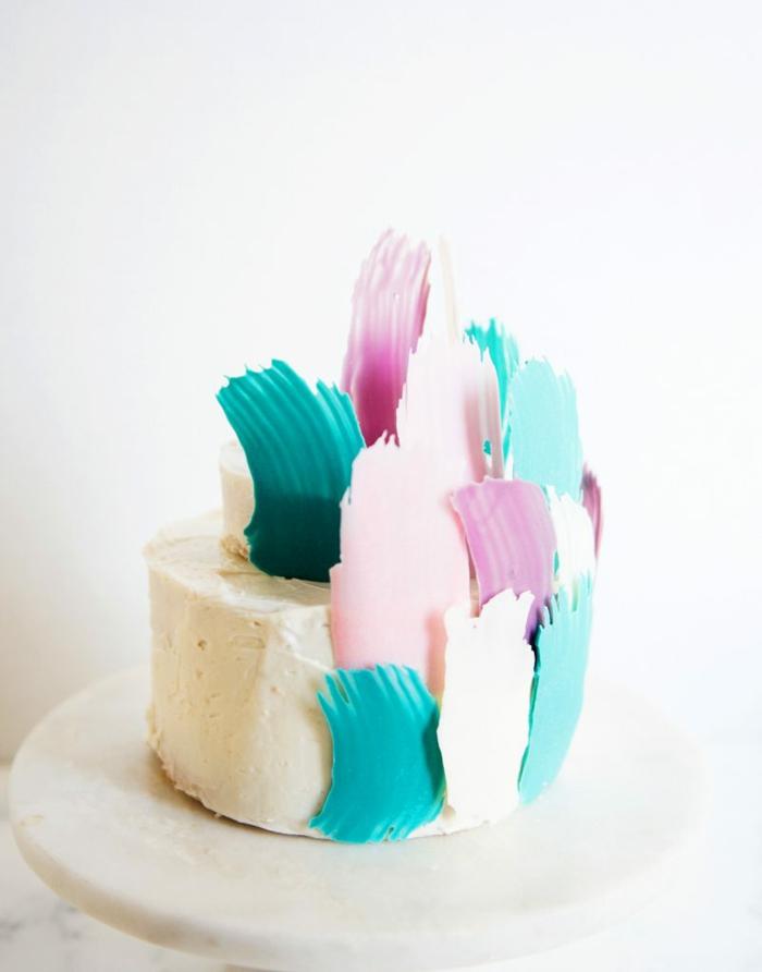 tarta con glaseao blanco decorada con trozos de chocolate, fotos de tartas caseras ricas y faciles de hacer en casa
