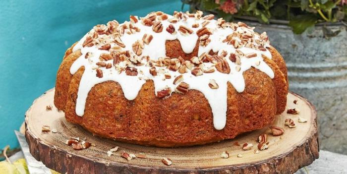 tarta de zanahoria con crema blanca y nueces, las mejores ideas de tartas de cumpleaños decoradas de manera bonita