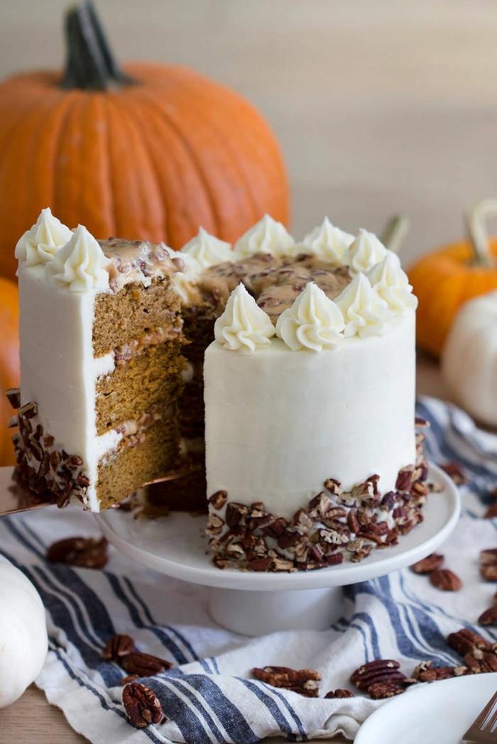 preciosa tarta con glaseado blanco decorada con nueces y crema, fotos de tartas de cumpleaños ricas y faciles de hacer