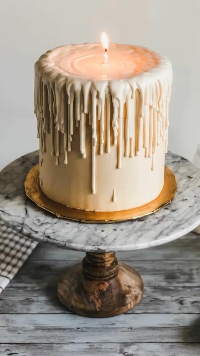 tarta original con glaseao fondant en forma de vela, las mejores ideas de tartas caseras para sorprender alguien por su cumpleaños