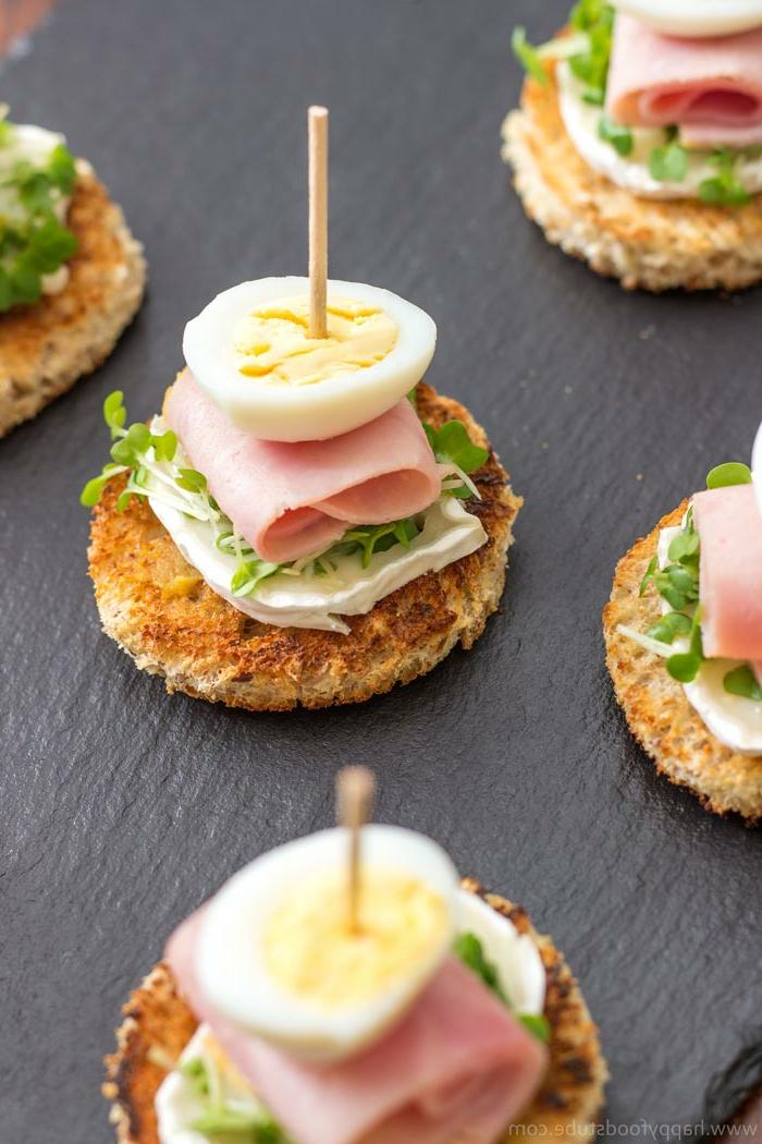 tostadas con queso brie, jamon cocido y huevos hervidos, pinchos originales y ricos, ideas para un brunch, fotos de tapas