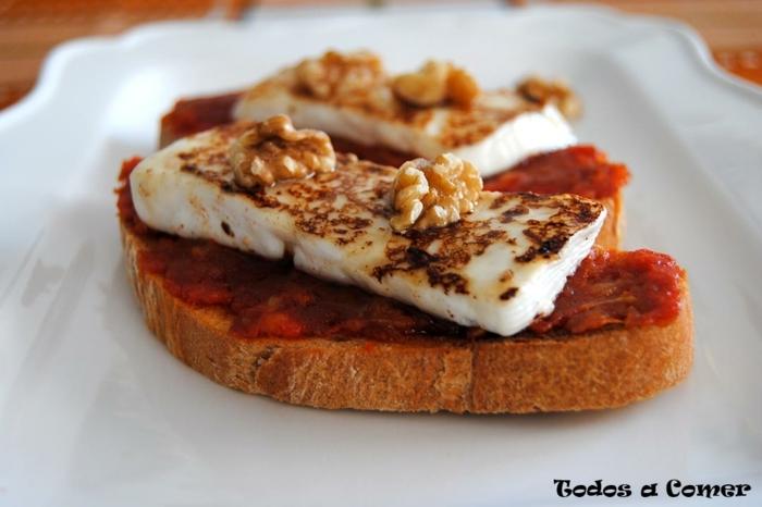 tostadas con chorizo, queso a la parilla y nueces, ideas de entrantes faciles para una cena, fotos de tapas originales y ricas
