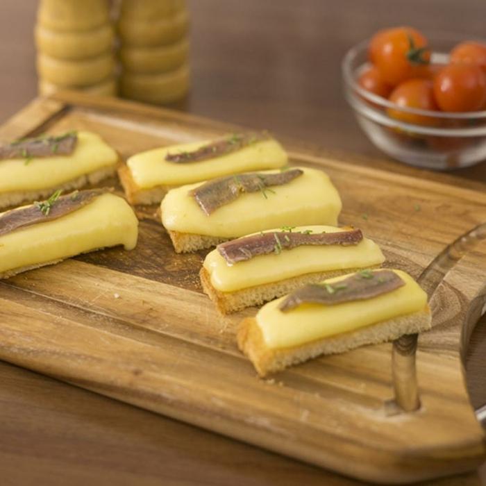 tostadas con queso hundido y anchoa, ideas de aperitivos de verano, pinchos morunos, pinchos tapas y originales