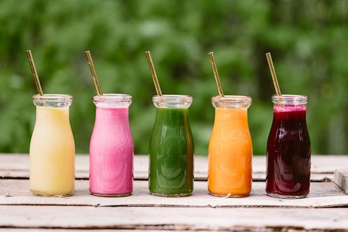 diferentes batidos con sabor a frutas y verduras, ideas de recetas caseras smoothie recetas, fotos de batidos sanos