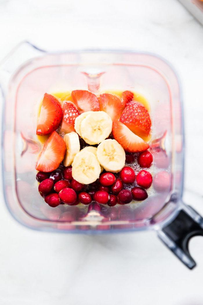 ideas de batidos de frutas saludables y faciles de hacer en casa, como hacer un batido saludble de platano y frutas rojas