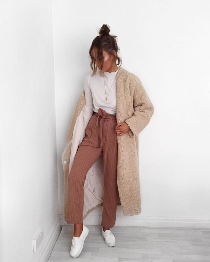 1 abrigo color beige peludo pantalon color teracota pelo recogido con mechas sueltas blusa blanca