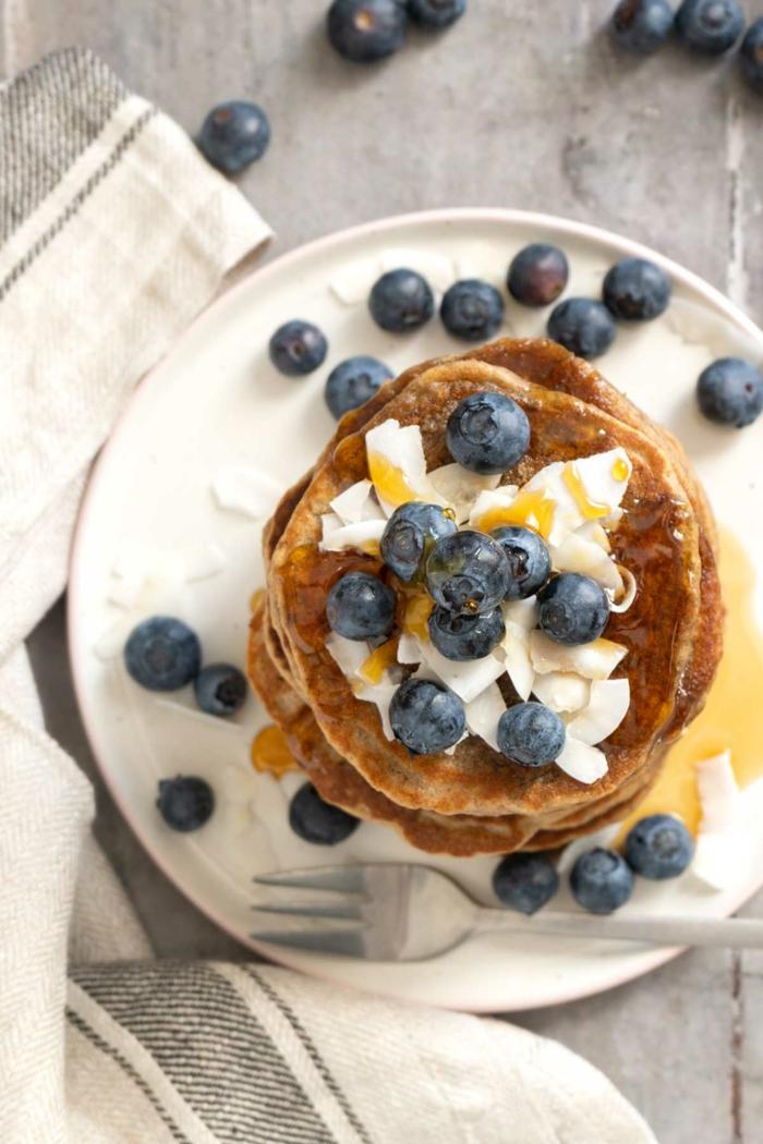panqueques esponjosas con arandanos y ralladura de coco, ideas de recetas sanas y faciles de hacer, desayunos saludables
