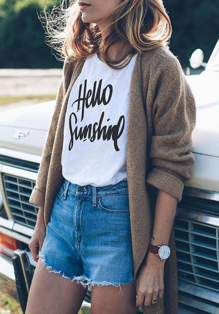 2 pantalones cortos de denim camisetablanca mangas cortas chaleco color beige media melena ideas de prendas