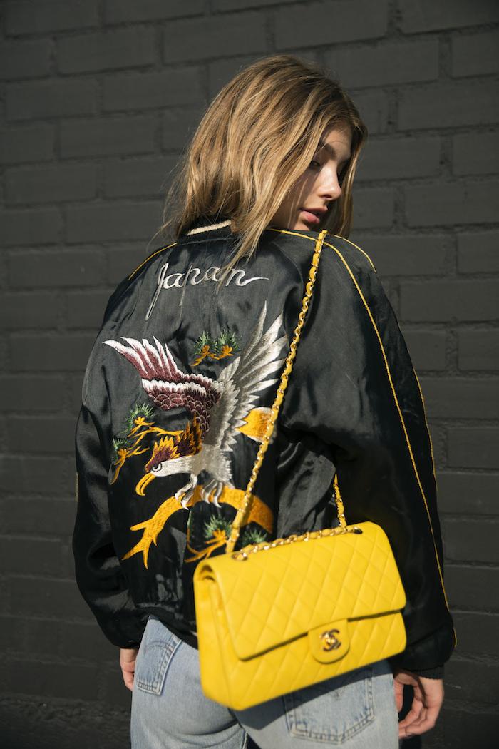 7 ropa tumblr chicas chaqueta negra dibujos bolso de marca color amarillo vaqueros claros pelo suelto