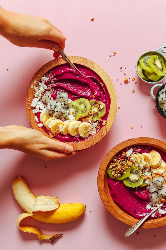 ideas de desayunos saludables, recetas smoothie oriignales, batidos de fruta de dragon con frutas y ralladura de coco