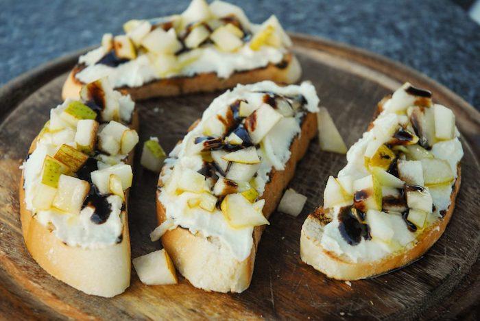 a preparar=tostadas con crema peras y queso parmigiano ideas de entrantes deliciosos y faciles de hacer