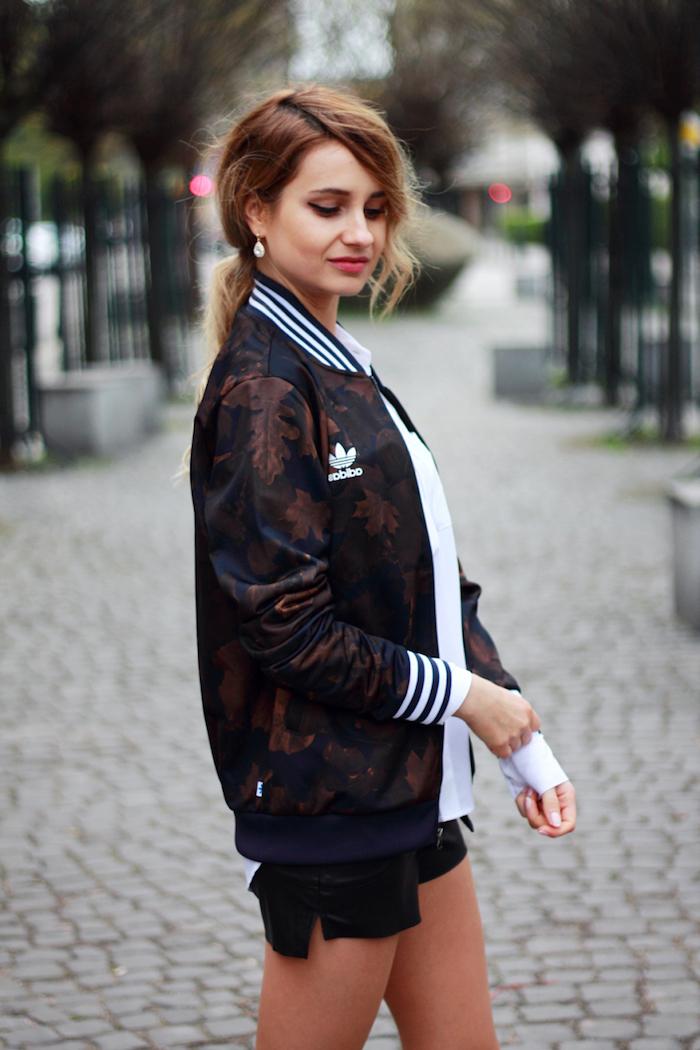 a vestirse con prendas tumblr chaqueta adidas camiseta deportiva negra pelo recogido