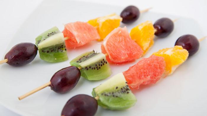 como hacer brcohetas de frutas paso a paso, ideas de recetas de postres faciles para impresionar, fotos de brochetas