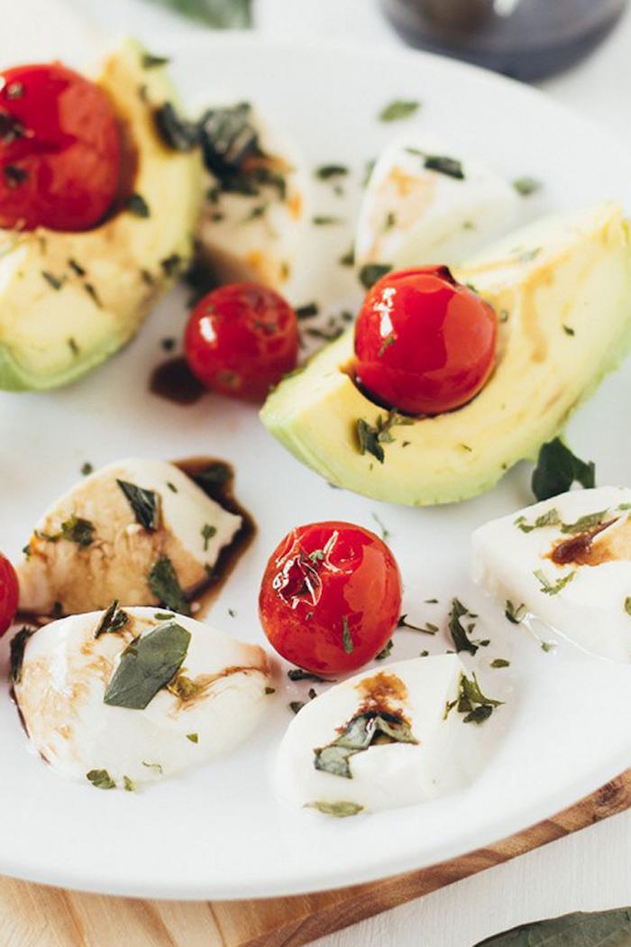 aguacate tomates uva queso mozzarella albahacas ideas de recetas caseras faciles y rapidas