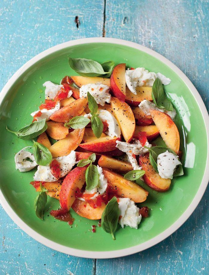 ensalada de frutas con queso mozzarella y hierbabuena, como hacer ensalada con melocotones, postres faciles para impresionar