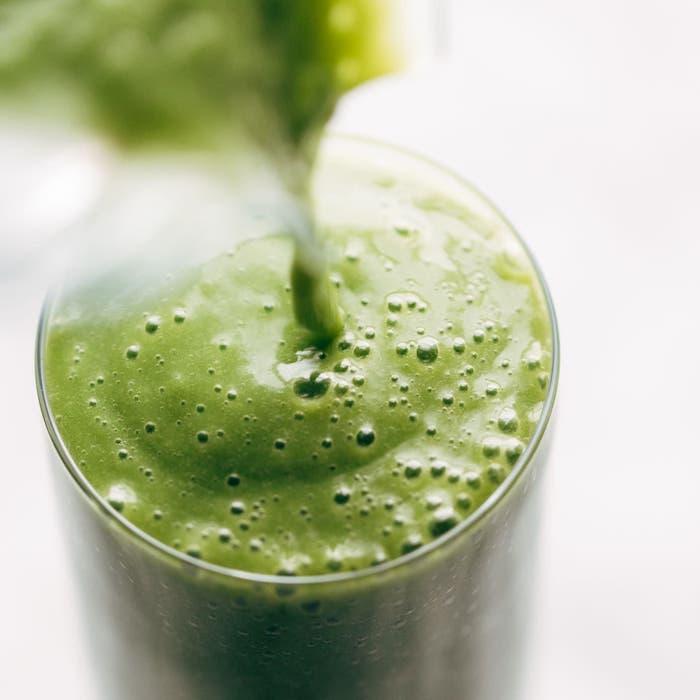 smoothie esponjoso de espinacas y verduras, ideas de recetas caseras faciles y rapidas, fotos de desayunos sanos