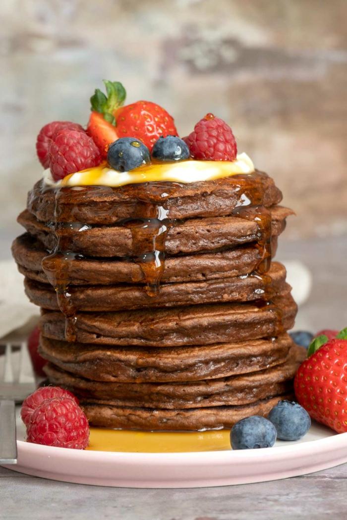 mini crepes esponjosos con cacao adornados de frutas, como hacer tortitas americanas, como hacer tortitas caseras, tortitas veganas