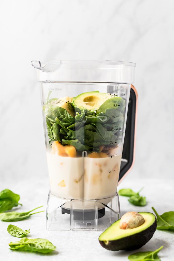 pasos para hacer un smoothie verde con espinacas frescas y aguacate, ideas de recetas caseras faciles y rapidas