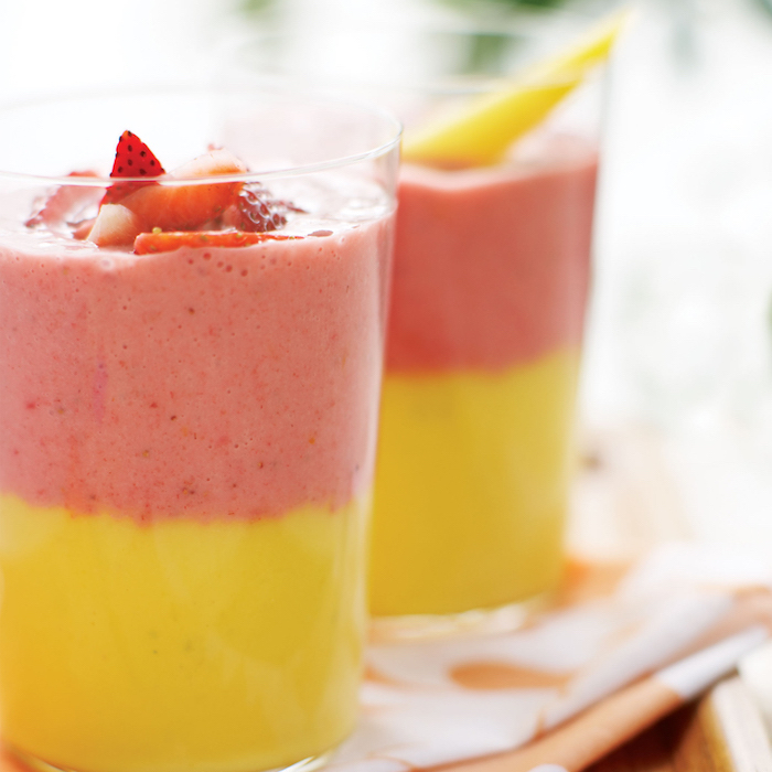 batidos saludables en dos capas, ideas sobre como hacer un smoothie exotico de frutas, fotos con ideas de baatidos