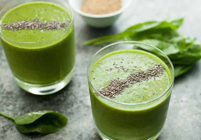 batido verde con hojas de espinacas y semillas de chia, ideas de recetas de batidos naturales de verduras sanas