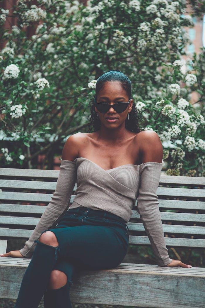 blusa beige vaqueros negros rotos mujer semirecogido gafas ideas de prendas deportivas originales